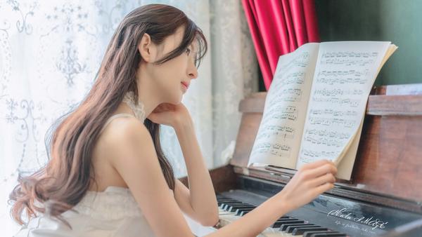 钢琴美女唯美4k壁纸3840x2160_彼岸图网.jpg